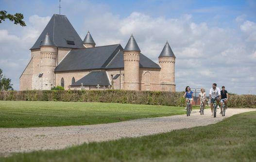 Eglise Fortifiée de Beaurain < Vue champ < Flavigny le Grand et Beaurain <Aisne < Picardie  -