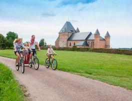 Aux abords de la splendide église fortifiée de Beaurain -